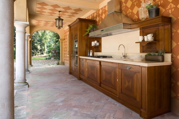 From a famous, historic place comes a present full of value. The aesthetic focal point of this kitchen is its doors (also available in a swinging version) with solid walnut or oak frame and decorativ